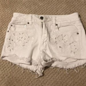 White denim jean shorts with flower design pocket